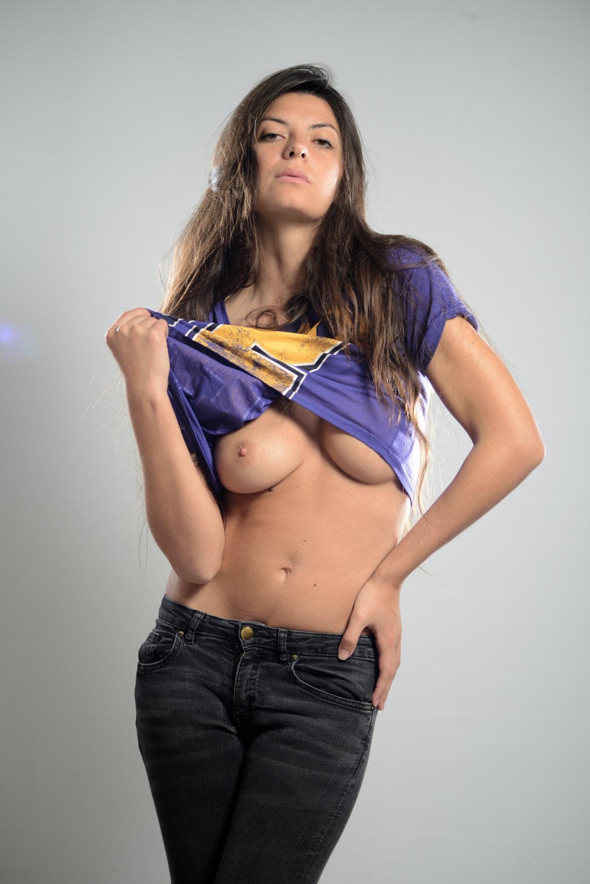 Michela MAridati mostra il seno